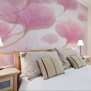 Przeskalowane płatki kwiatów umieszczone na fototapecie za łóżkiem dodają sypialni lekkości. Fot. Big Trix.