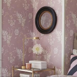 Delikatna, pastelowa tapeta z białymi kwiatkami wprowadza do sypialni kobiecy nastrój. Fot. Boras Tapeter.