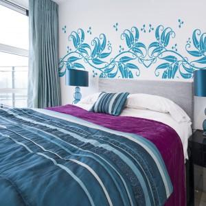 Kwieciste motywy mogą pojawić się na ścianie w sypialni w formie naklejek. Fot. Art of Wall.