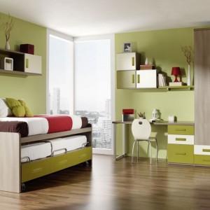 Zielony kolor obecny na ścianach i frontach mebli wyciszy i uspokoi emocje nastolatka. Fot. Muebles Lara.