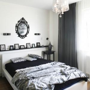 Połyskujący żyrandol wprowadza do sypialni atmosferę w stylu glamour. Proj. Małgorzata Mazur. Fot. Bartosz Jarosz.