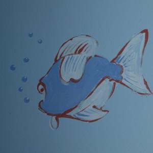 Morską aranżację uzupełnia subtelna rybka namalowana na jednej ze ścian. Fot. Archiwum Dobrze Mieszkaj.