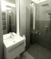 Szara łazienka.