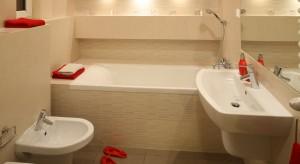 Jasne i przestronne wnętrze sprzyja wypoczynkowi po długim, męczącym dniu. Urządzona w przytulnych beżach łazienka zaprasza do kąpieli.