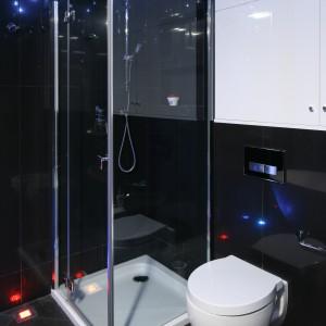 Obszerna kabina prysznicowa zamontowana została w rogu pomieszczenia. To praktyczne rozwiązanie, dzięki któremu można zaoszczędzić sporo miejsca w łazience.  Projekt Agnieszka Hajdas-Obajtek. Fot. Bartosz Jarosz.