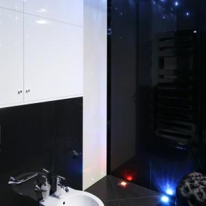 Podwieszane sanitariaty swą lekko formą nie zakłócają przyjętej stylistyki saloniku kąpielowego.  Projekt Agnieszka Hajdas-Obajtek. Fot. Bartosz Jarosz.