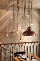 Wnętrza gdyńskiej restauracji Althaus, specjalizującej się w bawarskiej kuchni. Dominują w niej naturalne materiały - przede wszystkim drewno, tkaniny w naturalnych barwach, meble ze zwierzęcym deseniem na obiciach. Pojawia się też piec kaflowy czy oszczędne w swojej formie, metalowe lampy i kinkiety. Restauracja swoim nastrojem przenosi do cichej alpejskiej wioski, gdzie można spokojnie usiąść nad kubkiem herbaty i zapomnieć o całym świecie.
