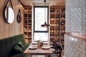 0D8_1905_24+1.jpgaWnętrza gdyńskiej restauracji Althaus, specjalizującej się w bawarskiej kuchni. Dominują w niej naturalne materiały - przede wszystkim drewno, tkaniny w naturalnych barwach, meble ze zwierzęcym deseniem na obiciach. Pojawia się też piec kaflowy czy oszczędne w swojej formie, metalowe lampy i kinkiety. Restauracja swoim nastrojem przenosi do cichej alpejskiej wioski, gdzie można spokojnie usiąść nad kubkiem herbaty i zapomnieć o całym świecie.