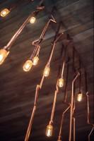 0D8_1876_24+1.jpgaWnętrza gdyńskiej restauracji Althaus, specjalizującej się w bawarskiej kuchni. Dominują w niej naturalne materiały - przede wszystkim drewno, tkaniny w naturalnych barwach, meble ze zwierzęcym deseniem na obiciach. Pojawia się też piec kaflowy czy oszczędne w swojej formie, metalowe lampy i kinkiety. Restauracja swoim nastrojem przenosi do cichej alpejskiej wioski, gdzie można spokojnie usiąść nad kubkiem herbaty i zapomnieć o całym świecie.