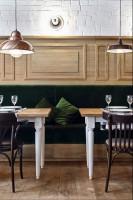 0D8_1972_24+1.jpgaWnętrza gdyńskiej restauracji Althaus, specjalizującej się w bawarskiej kuchni. Dominują w niej naturalne materiały - przede wszystkim drewno, tkaniny w naturalnych barwach, meble ze zwierzęcym deseniem na obiciach. Pojawia się też piec kaflowy czy oszczędne w swojej formie, metalowe lampy i kinkiety. Restauracja swoim nastrojem przenosi do cichej alpejskiej wioski, gdzie można spokojnie usiąść nad kubkiem herbaty i zapomnieć o całym świecie.