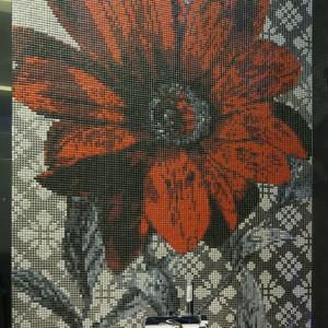 Czerwony kwiat z mozaiki marki Ardea prezentuje się niezwykle efektownie.  Projekt Agnieszka Hajdas-Obajtek. Fot. Bartosz Jarosz.