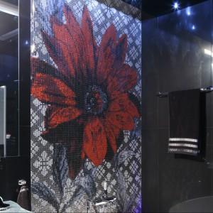 Urządzoną w stylu glamour łazienka cała skąpana jest w czerni. Projekt Agnieszka Hajdas-Obajtek. Fot. Bartosz Jarosz.