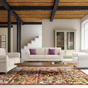 Jasne schody harmonijnie wtapiają się wtapiają w aranżację salonu. Fot. NDesign.