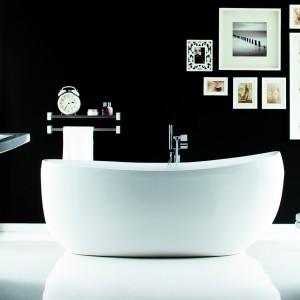 Wanna wolno stojąca z linii ekskluzywnej Futura w kolorze białym z zestawem przelewowo-odpływowym. Fot. Poolspa.
