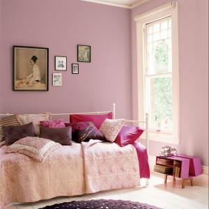 Delikatne ściany w kolorze pastelowego różu dodają wnętrzu delikatności. Fot. Dulux.