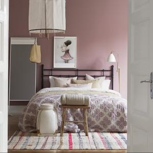 Różowa ściana utrzymana w kolorze pudrowego różu stanowi doskonałe tło dla ciemnych mebli i jasnych dodatków. Fot. Boras Tapeter.