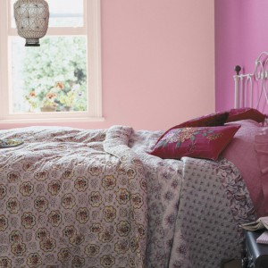 Zestawienie dwóch odcieni różu o różnym nasyceniu tworzy w sypialni romantyczne wnętrze. Fot. Dulux.