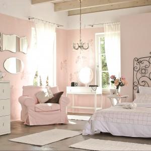 We wnętrzu utrzymanym w kolorystyce pastelowego różu panuje romantyczny,  nastrojowy klimat. Fot. Beckers.