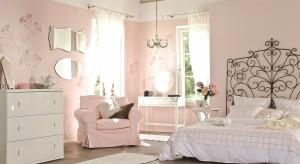 Róż coraz śmielej gości w naszych domach i mieszkaniach. Do sypialni wprowadza odrobinę delikatności i kobiecego charakteru. Przedstawiamy wybrane aranżacje sypialni utrzymane w różnych odcieniach różu.