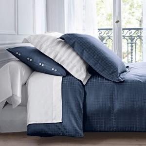 Poszewki na poduszki z delikatnym wzorem w kratkę oraz poszwa na kołdrę wykonana z satyny bawełnianej. Fot. La Redoute.