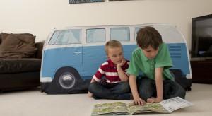 Chyba każde dziecko na pewnym etapie tworzy w pokoju, salonie czy ogrodzie mały domek, którym chwali się przed kolegami czy koleżankami. Zobaczcie uroczy domek w formie autobusu, który zainspiruje maluchy do zabawy w domu i na ze