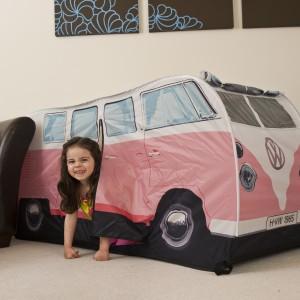 Namiot w różowym kolorze spodoba się dziewczynkom. Fot. The Monster Factory.