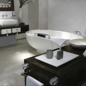 Wanna Twin zaprojektowana w formie wolno stojącej, daje swobodę dowolnego kreowania przestrzeni łazienki. Fot. THG Paris.