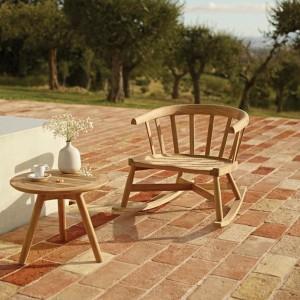 Drewniany stolik z kolekcji Windsor marki Gloster to klasyczne wzornictwo doprawione szczyptą nowoczesności. Fot. Gloster.