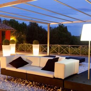 Podświetlane, wysokie donice marki Slide stworzone z myślą o ogrodach. Fot. Slide.