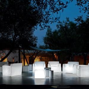 Wygodne białe fotele z najnowszej kolekcji InOut marki Gervasoni. Fot. Gervasoni.
