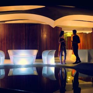 Sofy i fotele z kolekcji Biophilia marki Vondom wyróżnia ciekawa, organiczna forma, którą dodatkowo podkreśla światło. Fot. Vondom.