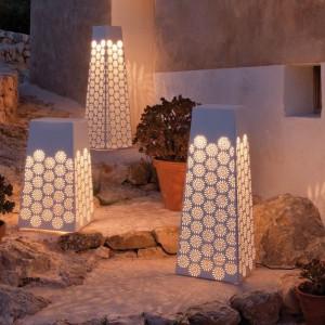 Eleganckie lampy ogrodowe marki Point nawiązujące swą forma do morskich latarni. Fot. Point.