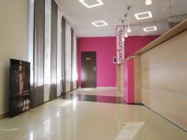Wnętrze siedziby firmy powstało niejako z potrzeby Klienta - z myślą o tym, by czuł się komfortowo, przytulnie w świeżym i rześkim wnętrzu. Kolor dominujący we wnętrzu - mocny róż - zaczerpnięty został z logo firmy, akcentując wnętrze i ożywiając.