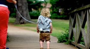 Podczas wakacyjnych spacerów na zatłoczonych ulicach, zwłaszcza zagranicznych kurortów, nie trudno się zgubić. Szczególnie dotyczy to dzieci, które nierzadko na siłę wyrywają rączkę z dłoni rodzic&