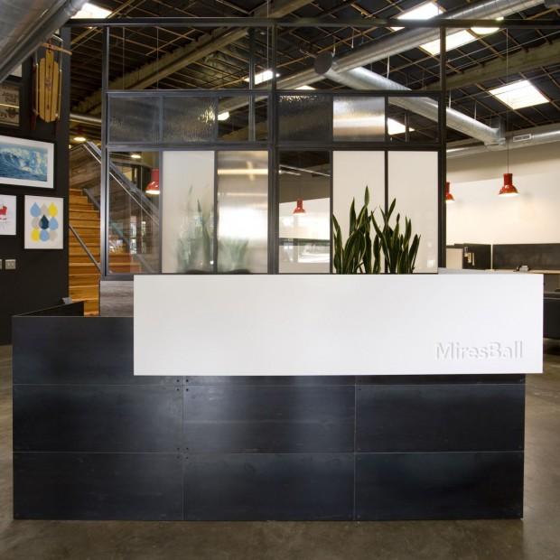 32 szczęśliwych PR-owców.  Biuro MiresBall w San Diego