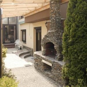 Duży, kamienny grill organizuje strefę kulinarną w ogrodzie. Fot. Monika Filipiuk-Obałek.