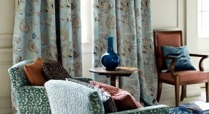 Za czasów naszych babć ściany wykańczano ozdobnymi tapetami w wyraziste, ale szczegółowe wzory. W oknach wisiały zaś firanki i obowiązkowo zamaszyste zasłony, najlepiej w kwiaty. Czy warto sięgać po nie dzisiaj?