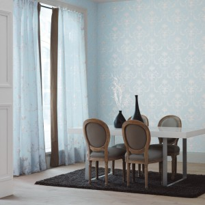 Błękitne zasłony i tapeta Amboise marki Casadeco. Fot. Casadeco.