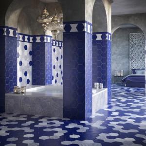 Utrzymana w czystych bielach i intensywnych granatach kolekcja płytek ceramicznych o wymownej nazwie Marraketch pozwala stworzyć prawdziwie marokańska łazienkę. Fot. Cevica.