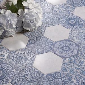 Biało- niebieskie płytki podłogowe z kolekcji marki Perdona w kształcie charakterystycznego dla kultury arabskiej sześcianu. Fot. Perdona.