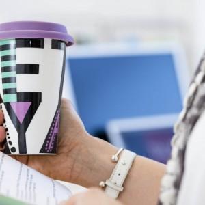 Porcelanowy kubek termiczny Cafe Literki z przykrywką. Dzięki niemu nasza ulubiona kawa dłużej utrzyma wysoką temperaturą napojów. Pojemność: 250 ml. 59,90 zł, Sagaform/CzerwonaMaszyna.pl.