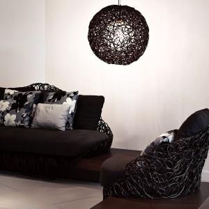 Pozornie chaotycznie poplątane, malowane proszkowo zwoje drutu tworzą oryginalne meble oraz lampę. Kolekcja Noodle autorstwa Kennetha Cobonpue. Fot. Hive.