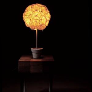 Przypominająca kwiat doniczkowy lampa stołowa Poppy. Fot. Hive.