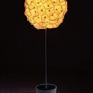 Lampa podłogowa Poppy stworzona z metalu i papieru. Fot. Hive.