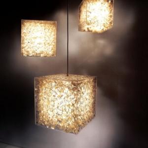 Geometryczne lampy Lux autorstwa Josepha Laxina powstały z rybich łusek, szkła akrylowego i metalowego drutu. Fot. Hive.