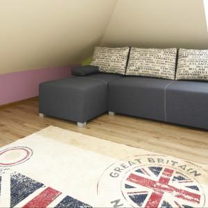 Modna sofa po rozłożeniu służy jako łóżko. Projekt: Marta Kilan. Fot. Bartosz Jarosz.
