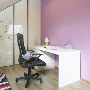 W miejscu, gdzie stoi biurko zastosowano znacznie bogatsze oświetlenie. Fot. Bartosz Jarosz.