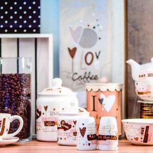 Kolekcja Coffelove dla wszystkich miłośników kawy i nie tylko. Efektowne kształty, piękne barwy i delikatny wzór. 29 zł/filiżanka, 39 zł/czajniczek, 39 zł/pojemnik do przechowywania, Home&You.