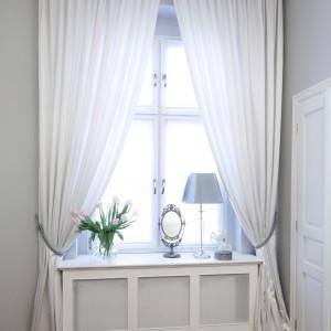 Wyjątkowa aranżacja okna. Delikatne, białe zasłony świetnie komponują się z bielą ozdobnej sztukaterii. Proj.Iwona Kurkowska. Fot. Bartosz Jarosz.