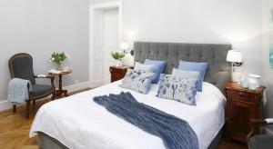 Sypialnia urządzona w zabytkowej kamienicy z początku XIX wieku zaskakuje dbałością o każdy detal. Połączenie bieli, szarości oraz drewna to udany przepis na ponadczasowe wnętrze.